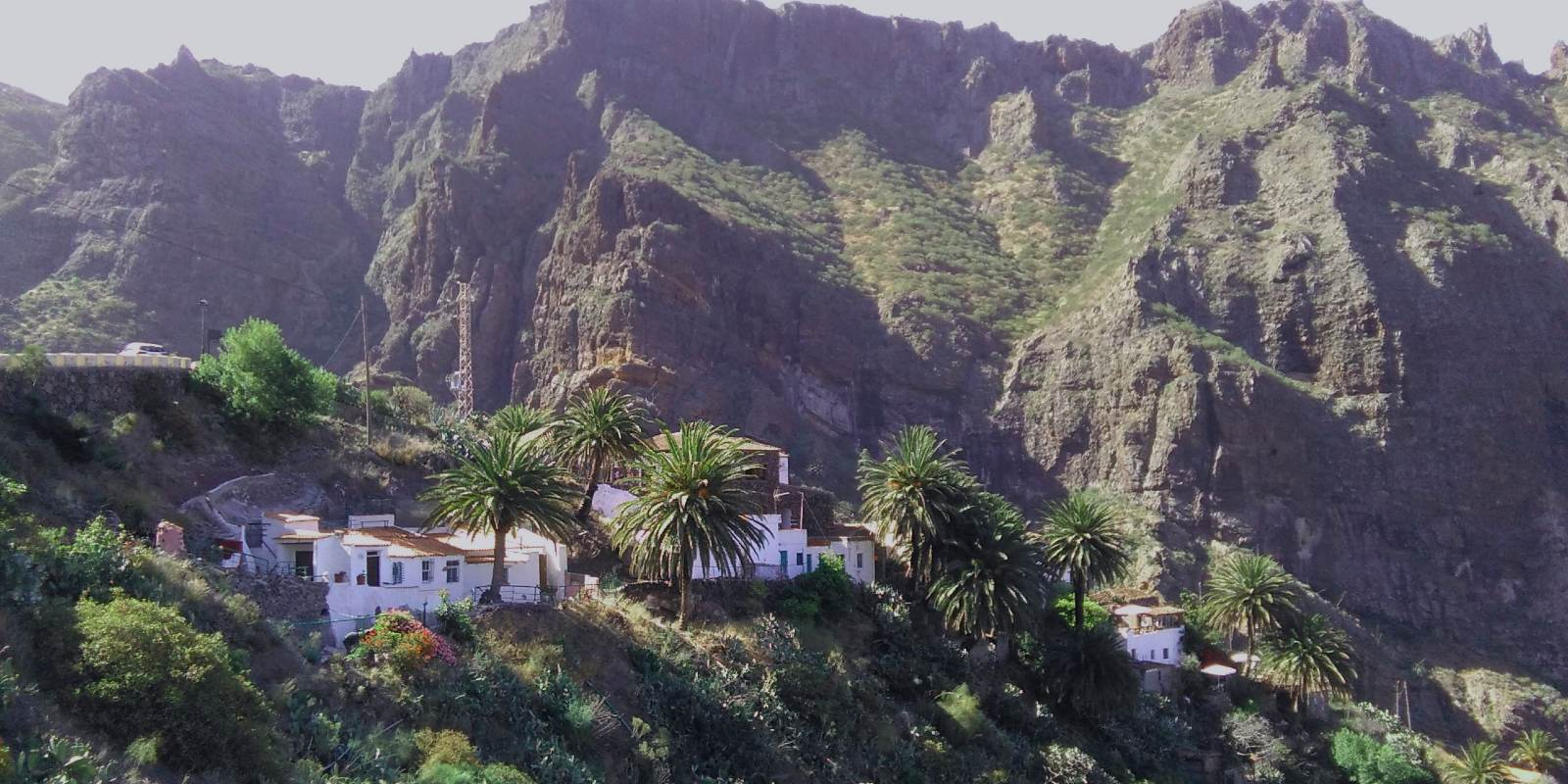 Pequeñas casas construidas sobre estrechas crestas de impresionantes formaciones de roca