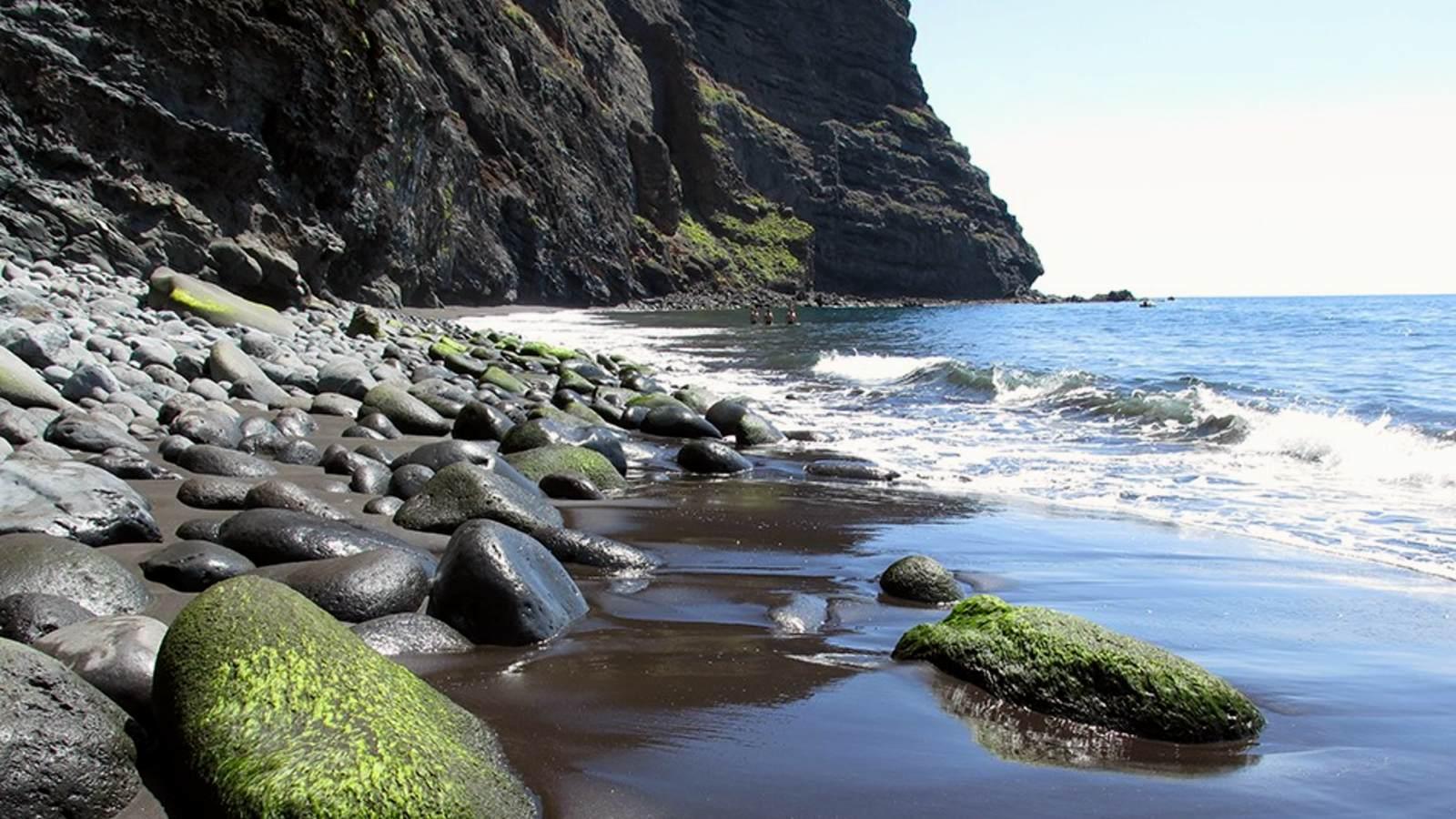Playa rocosa al final del Barranco de Masca