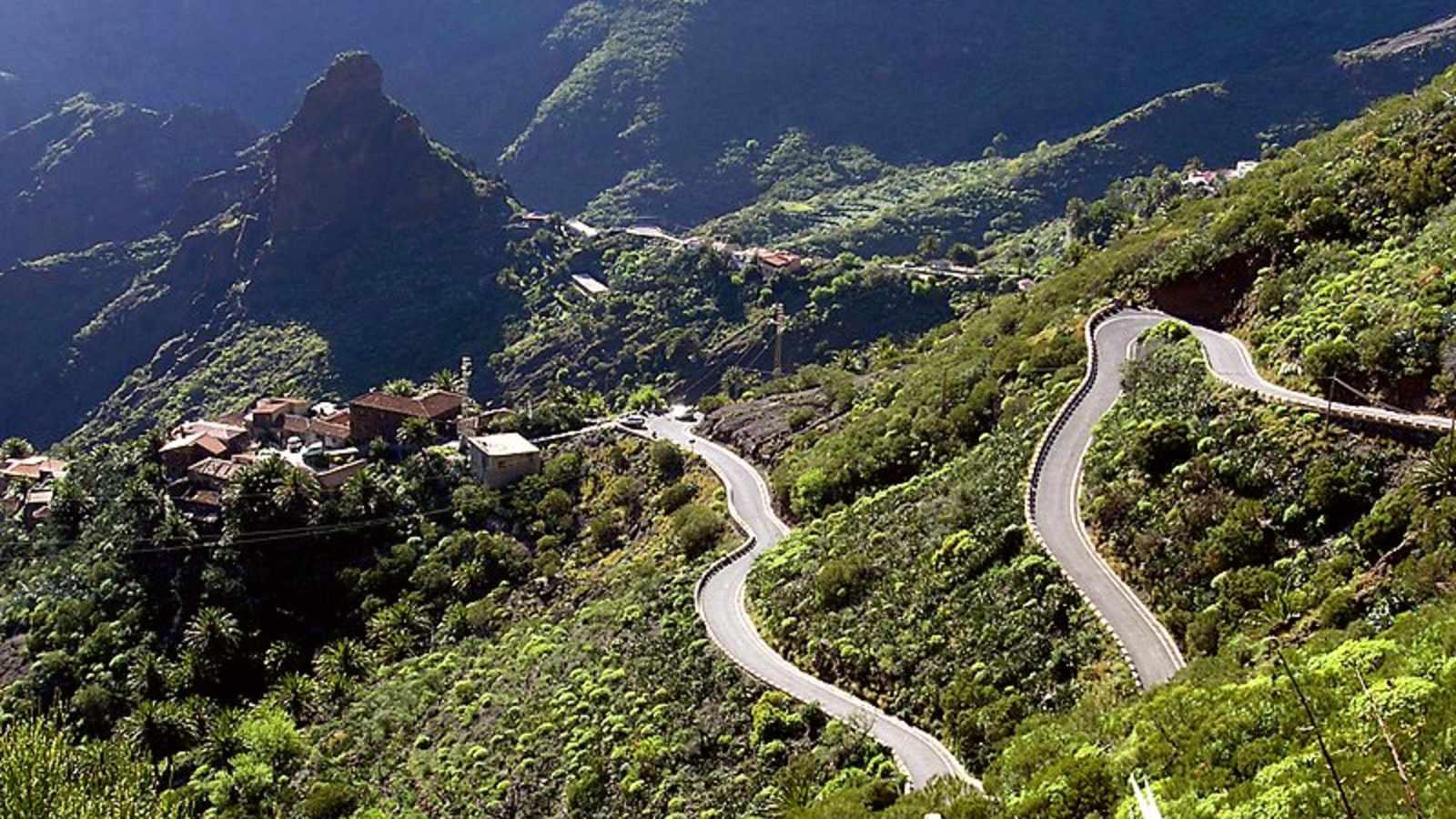 Sinuosa carretera de acceso al remoto pueblo de Masca