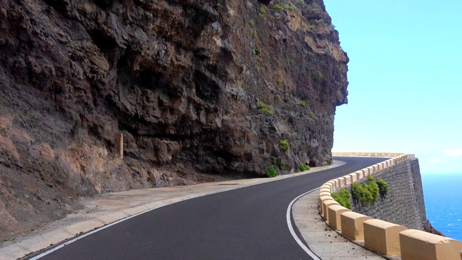 Estrecha carretera de costa de Buenavista del Norte a la Punta de Teno