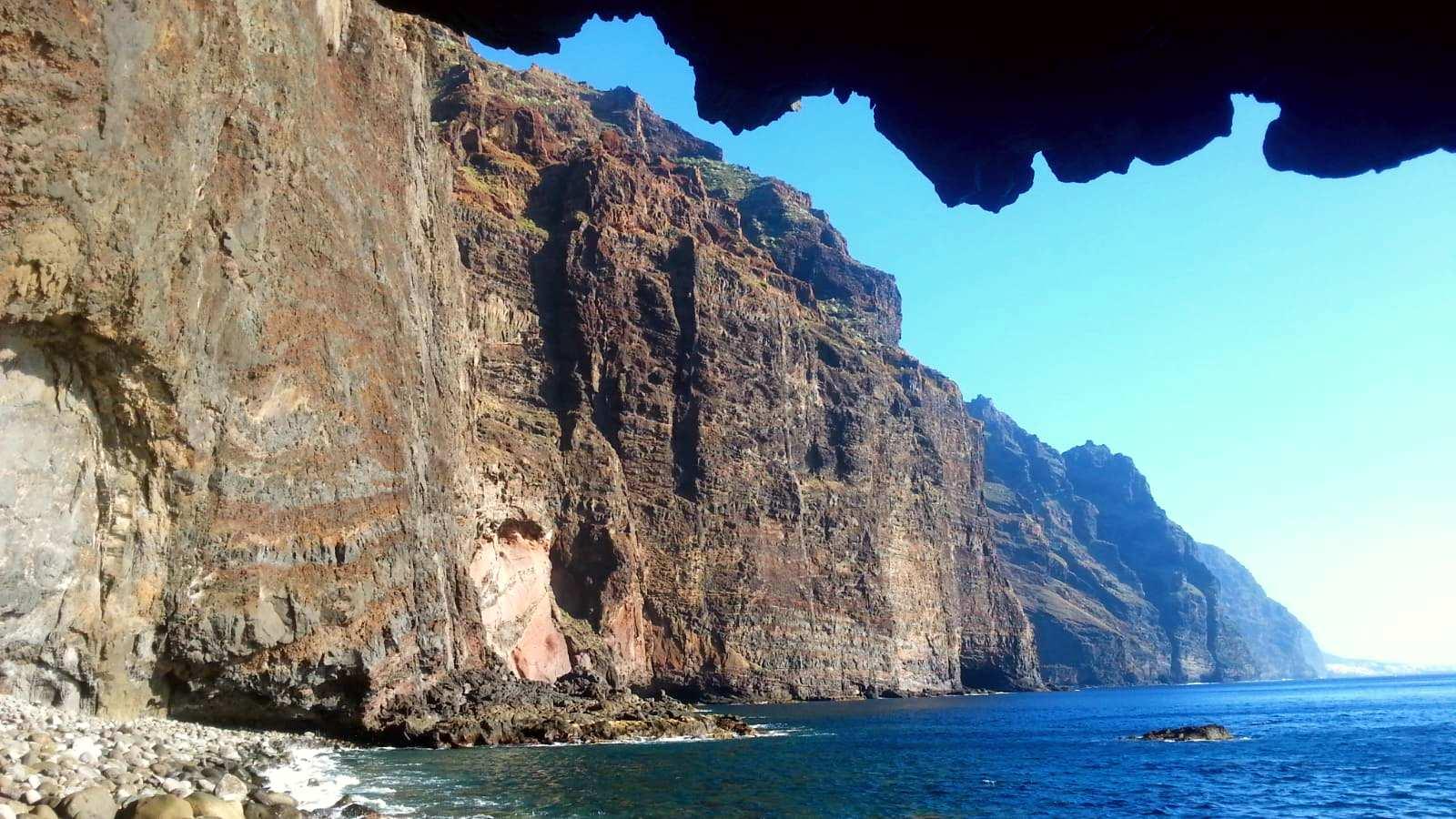 Vista desde el barco de los acantilados de Los Gigantes