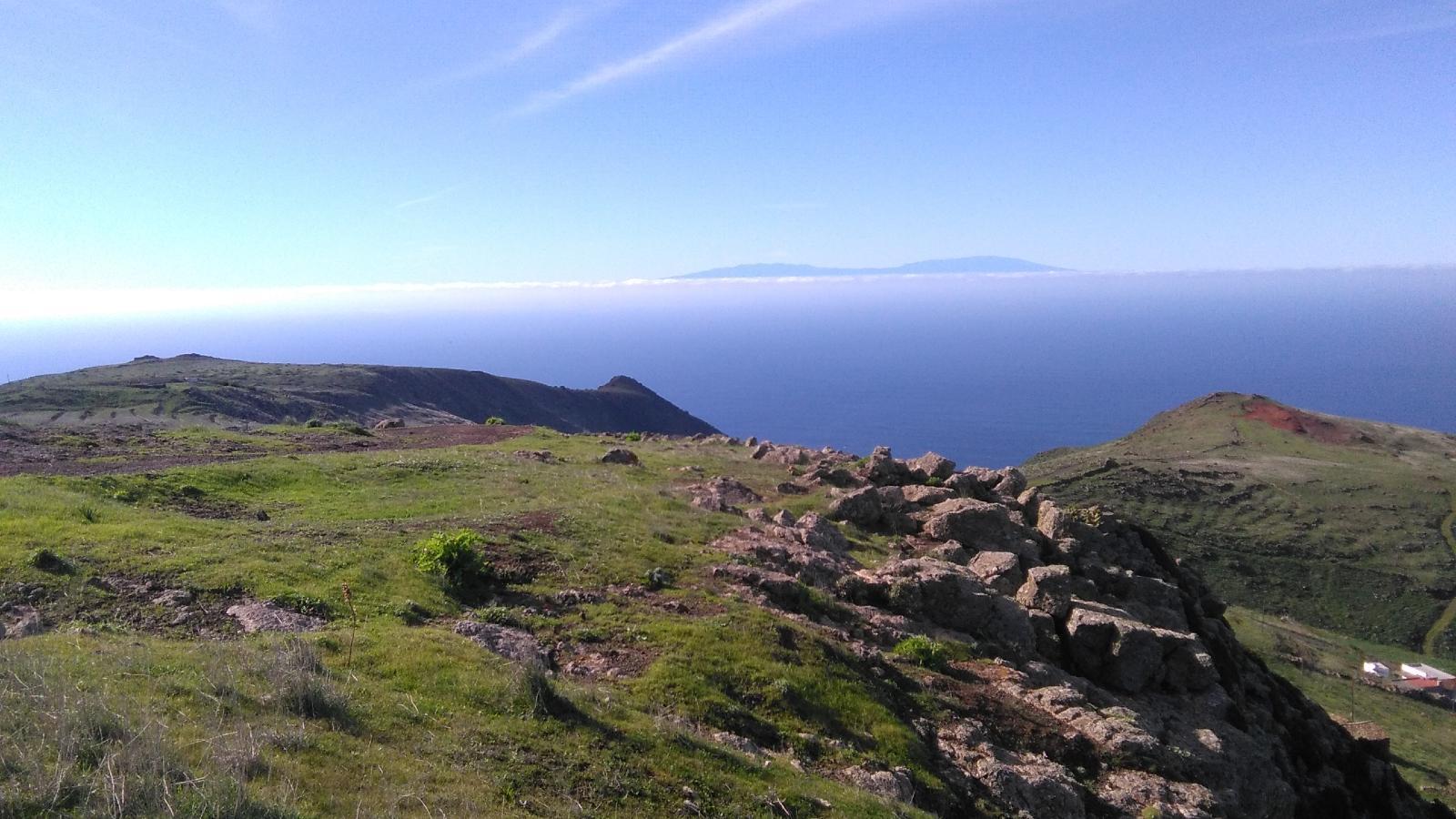 Sendero por la meseta de Teno Alto con la isla de La Palma en el horizonte