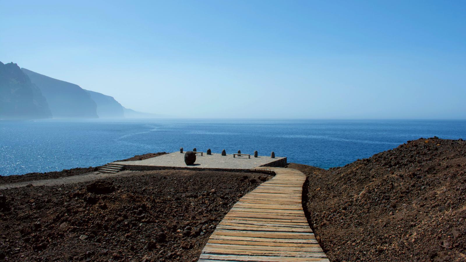 Pasarela de madera al faro de Punta de Teno