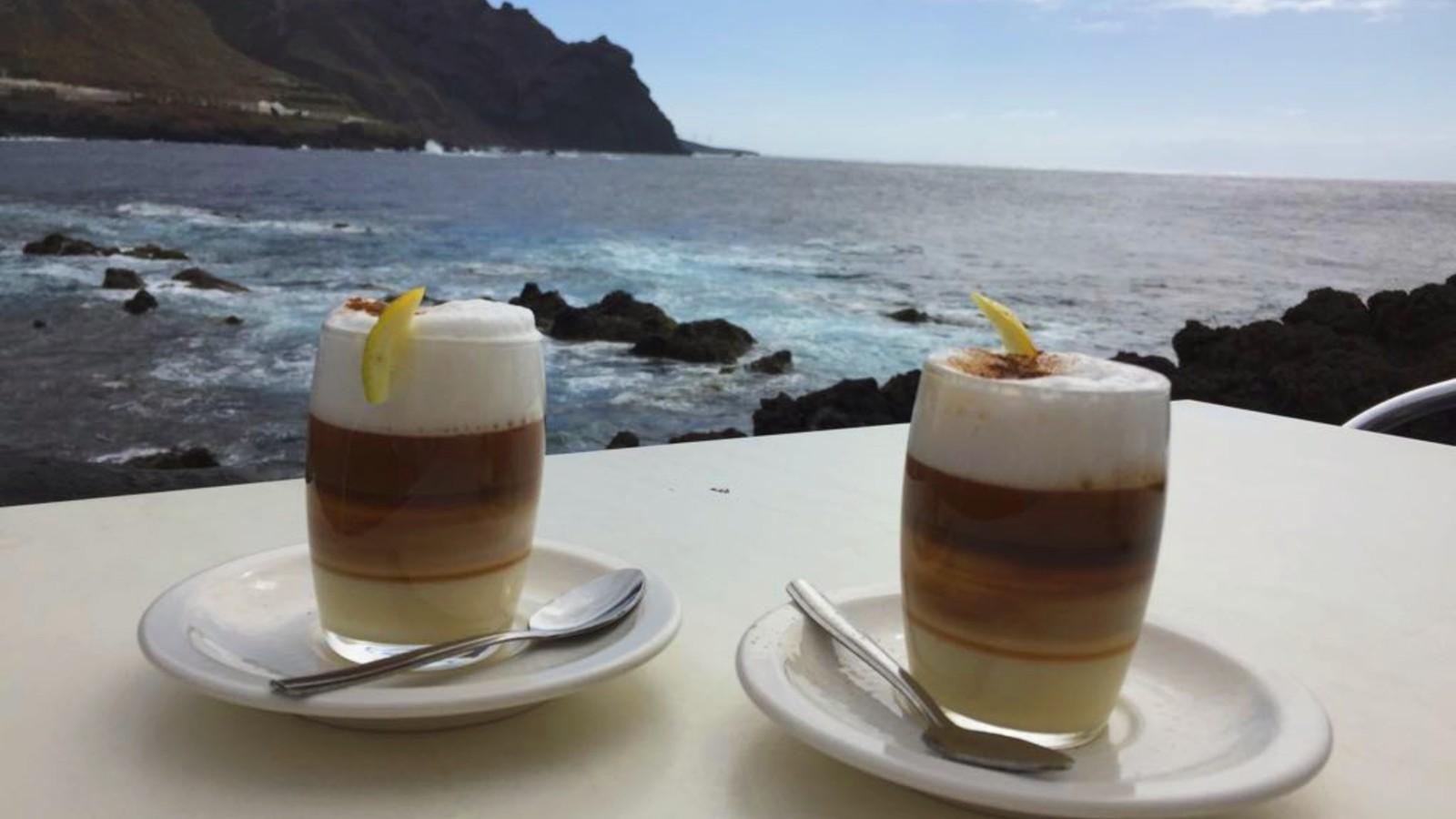 Un barraquito (café tradicional de Canarias) al final del sendero en Buenavista del Norte