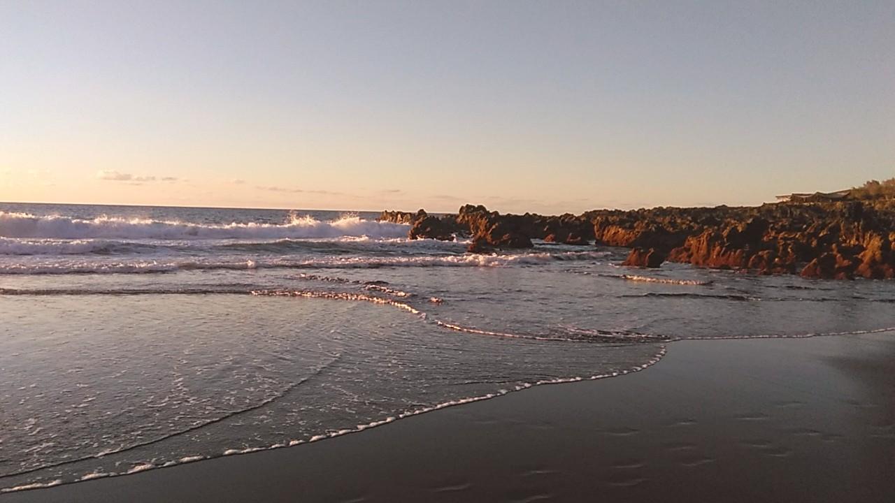 Atardecer en la Playa de Las Arenas con sus charcos de lava