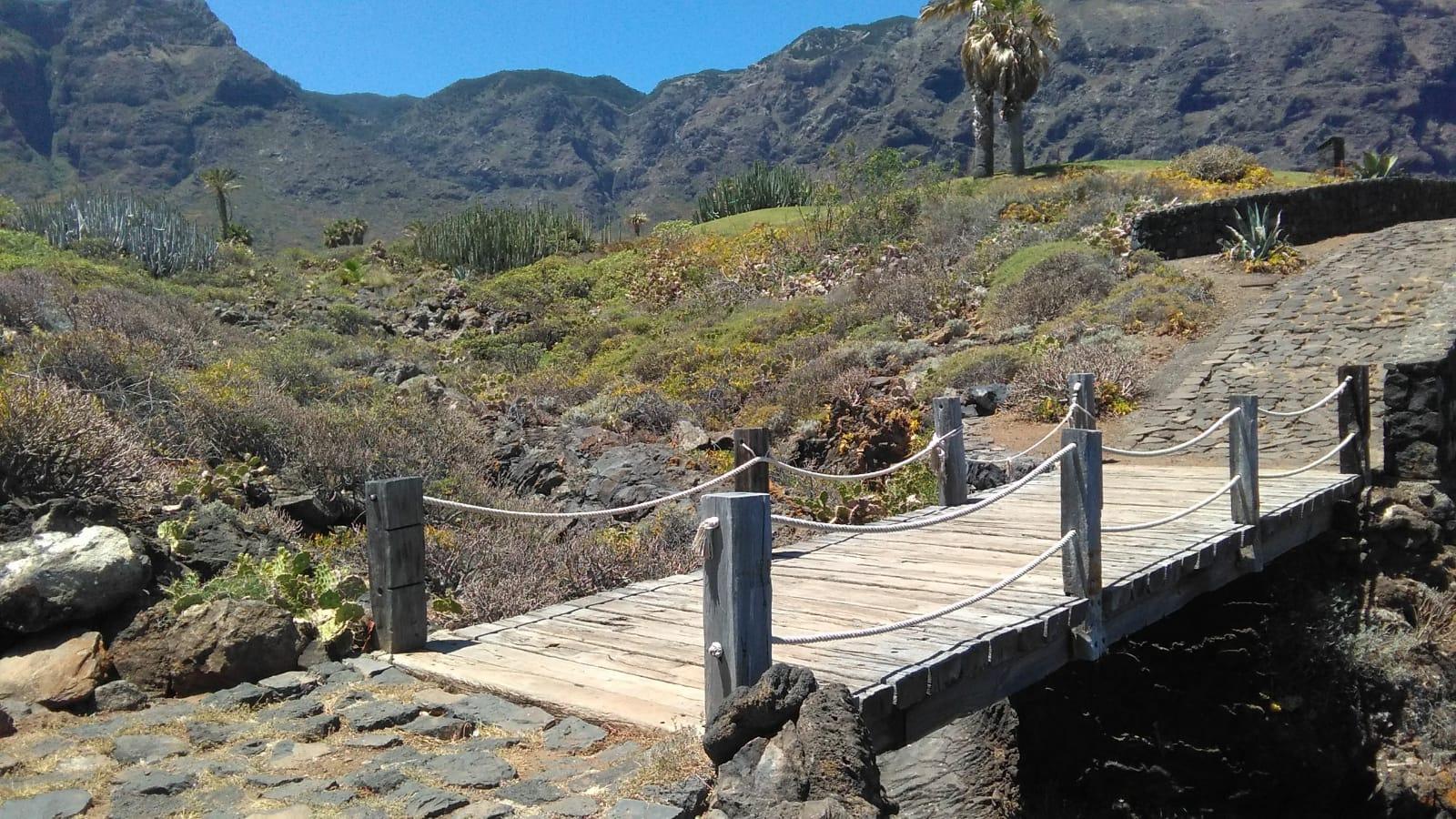 Puente sobre el sendero en Buenavista del Norte con los volcanes de Teno al fondo