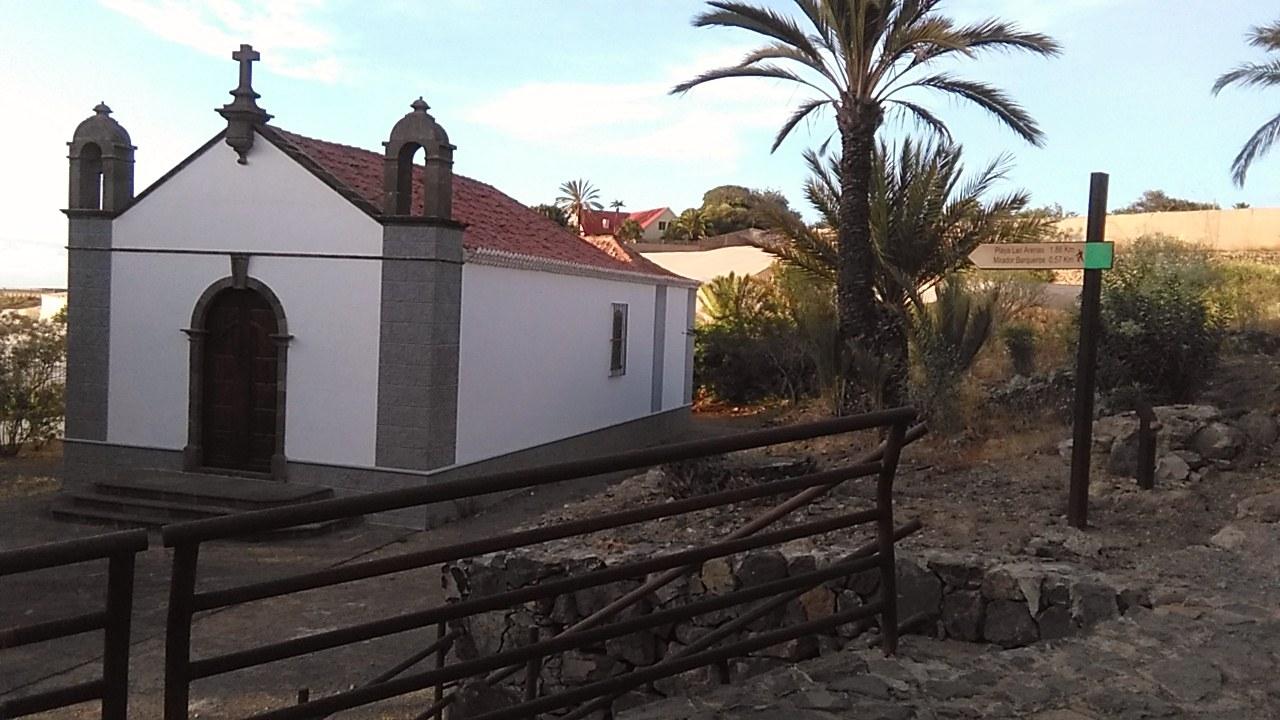 Ermita de La Visitación con el poste de señalización del sendero en Buenavista del Norte