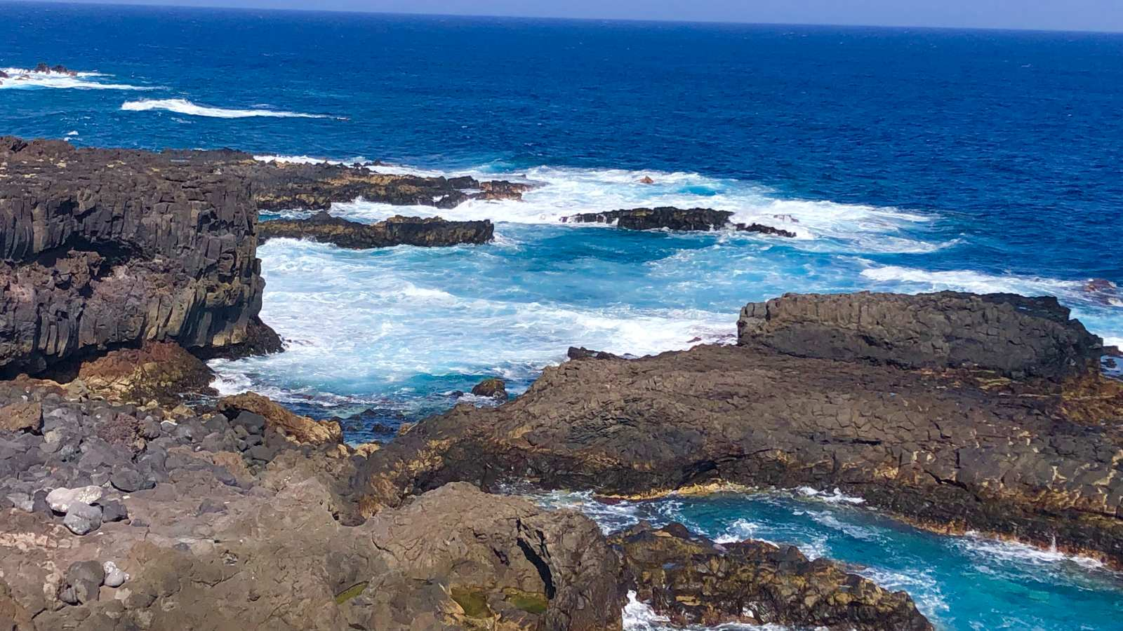 Magma que alcanzó el mar formando el nuevo litoral