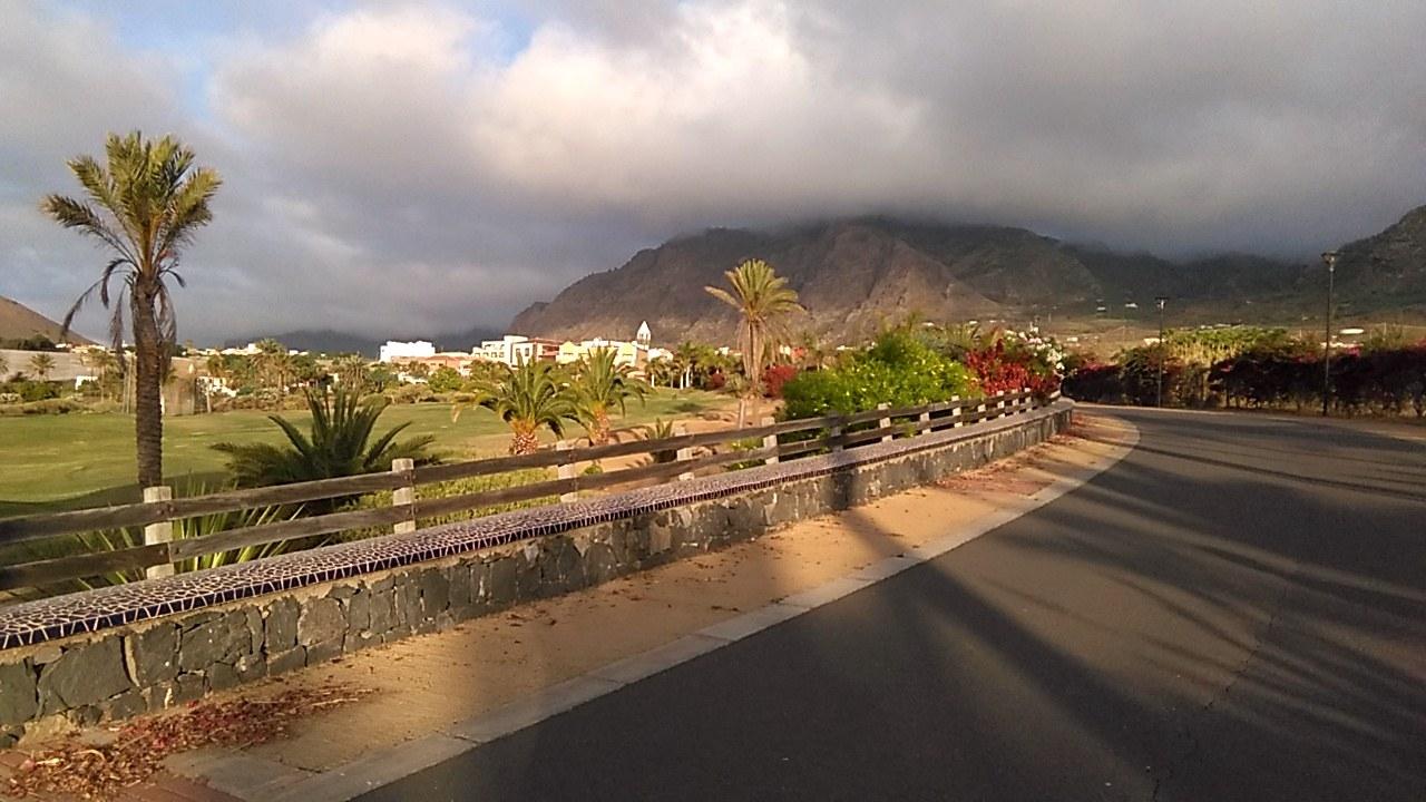 Le chemin du retour à Buenavista del Norte avec l'hôtel Melià Hacienda del Conde en arrière-plan